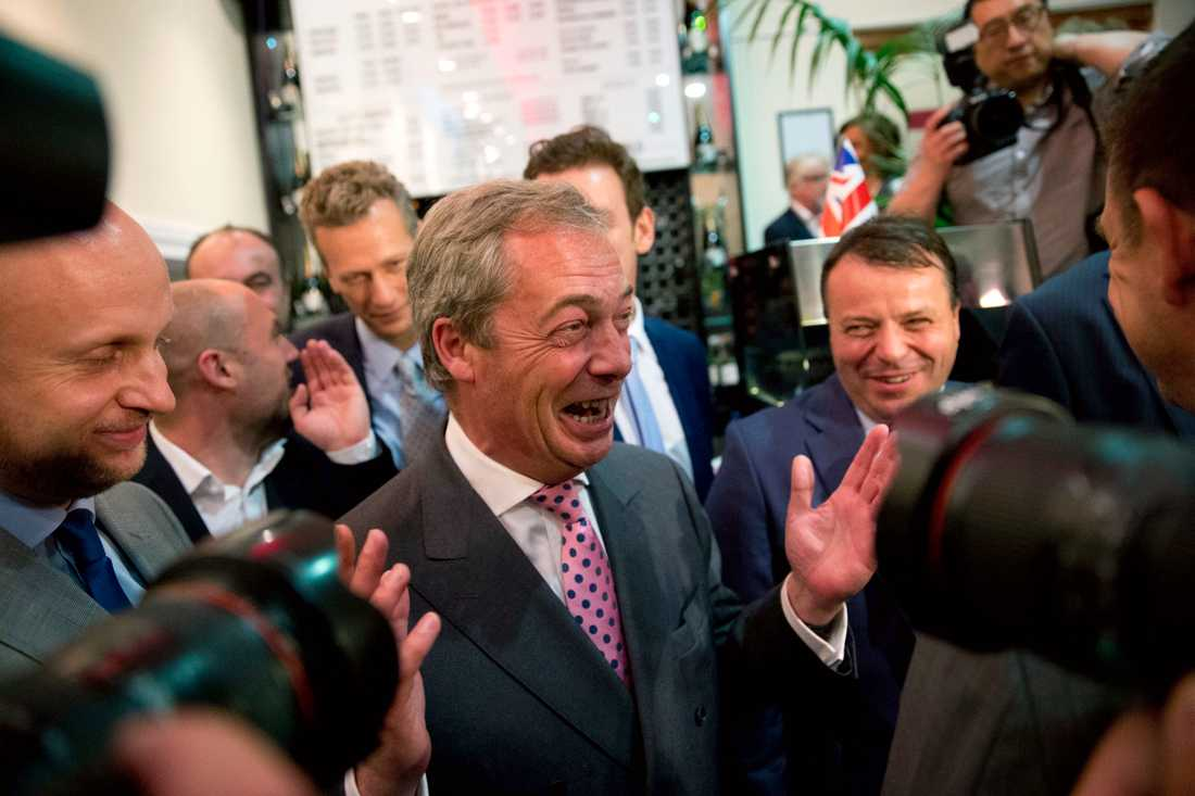 Nigel Farage, ledare för UK Independence Party, gläds åt rösträkningen som visar att Storbritannien lämnar EU.