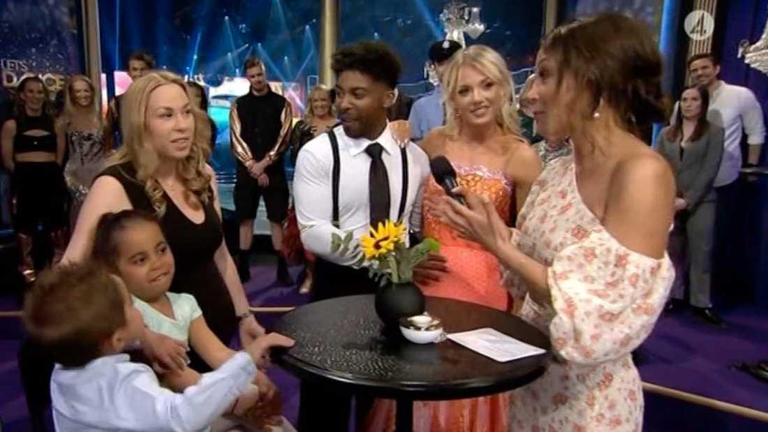 "John Lundvik har familjen på plats i ""Let's dance""-studion under fredagens semifinal."