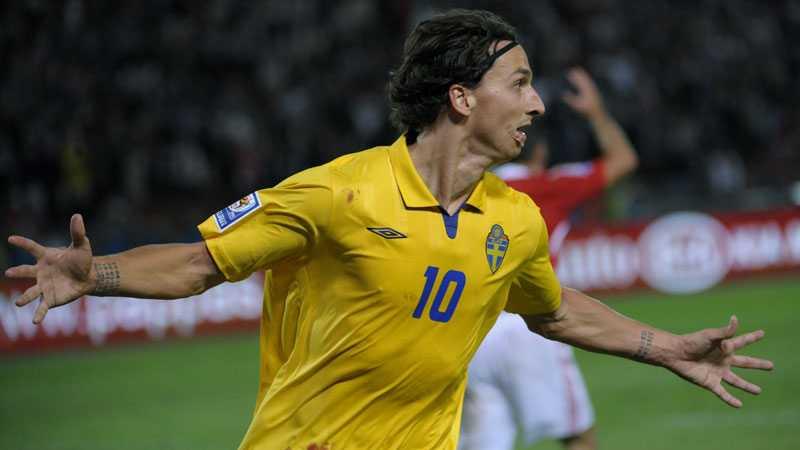MÅÅÅÅÅL! Zlatan Ibrahimovic slog till med ett nytt, redan klassiskt mål – och Sveriges chanser att nå VM 2010 lever i allra högsta grad.