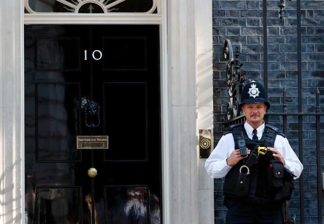En polis står vakt utanför 10 Downing Street.
