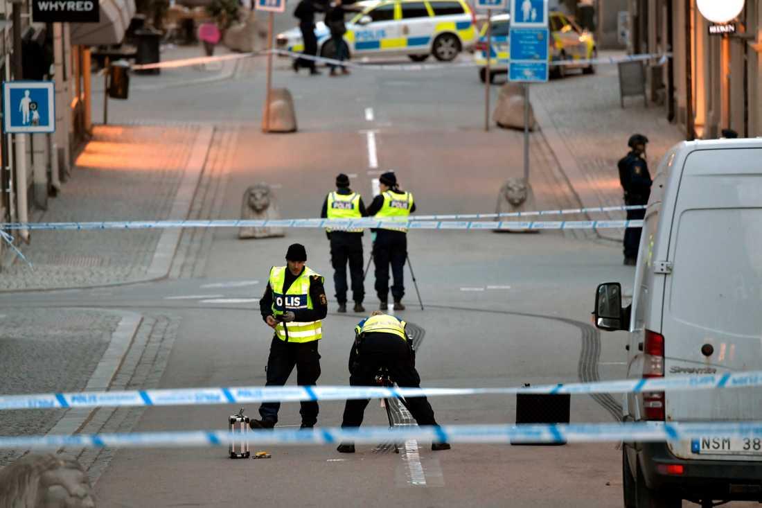 Polisens tekniker undersöker Drottninggatan