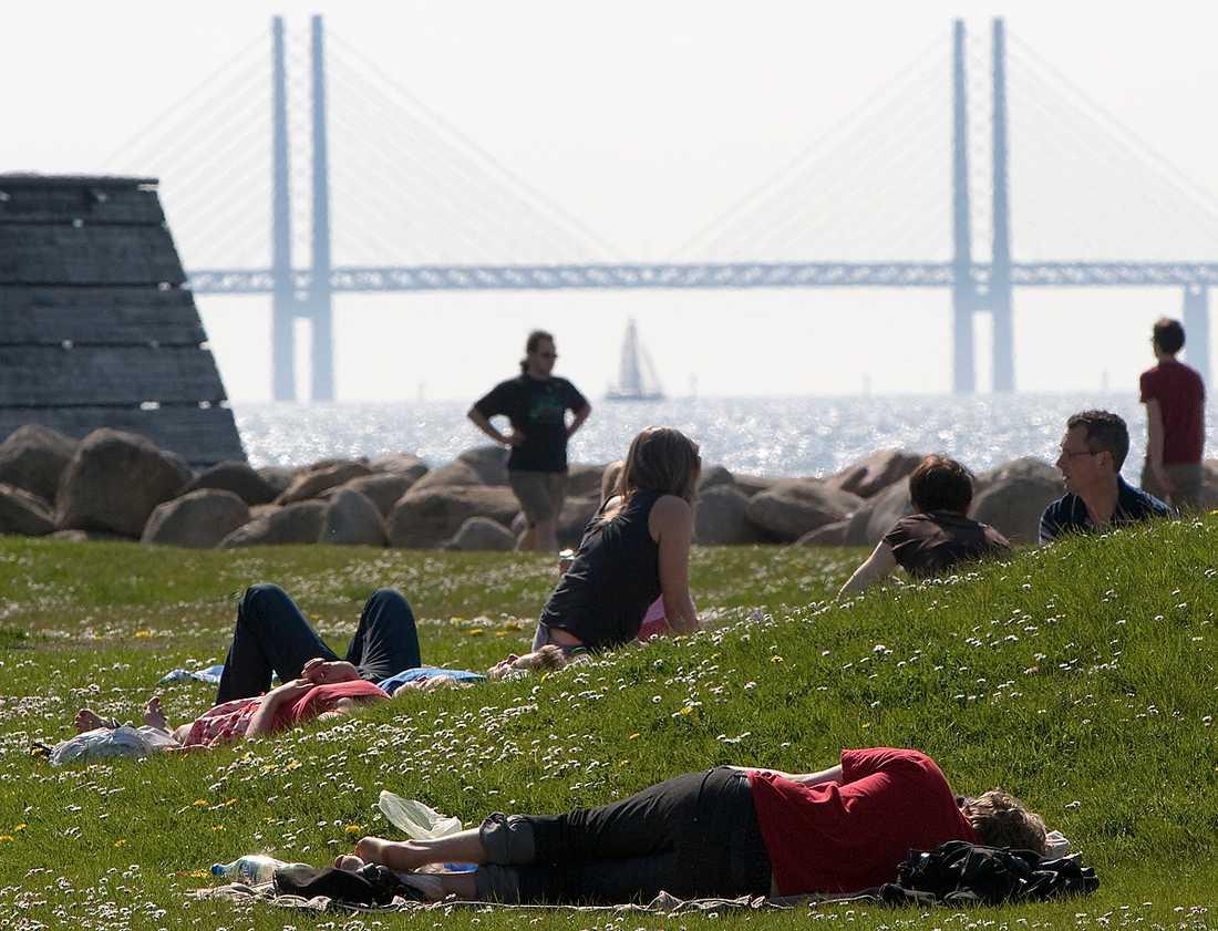 RISKFYLLT MYS Efter en lång vinter är många svenskar sugna på att ligga och mysa i vårvärmen. Men nu är det extra lätt att bränna sig och riskera hudcancer, eftersom det är länge sedan vi utsattes för stark sol.