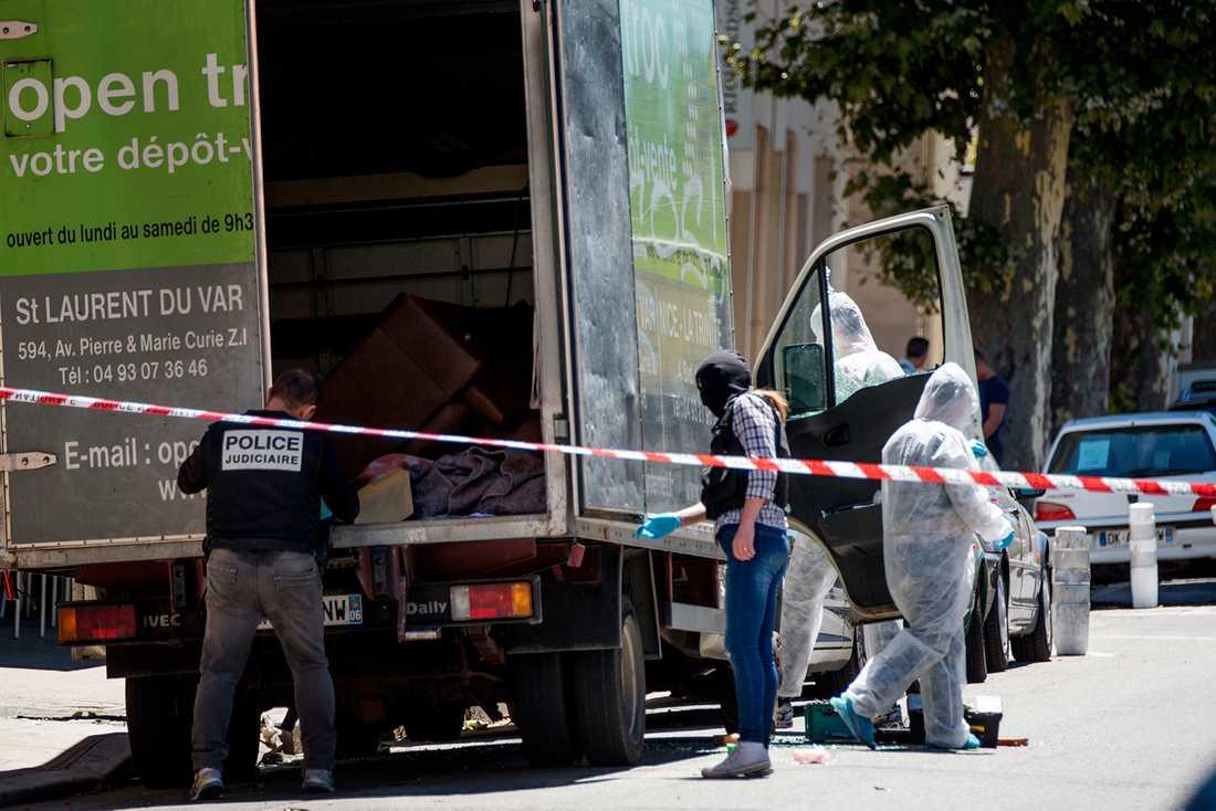 Polisen söker igenom en lastbil i närheten av den misstänkte gärningsmannens hem.