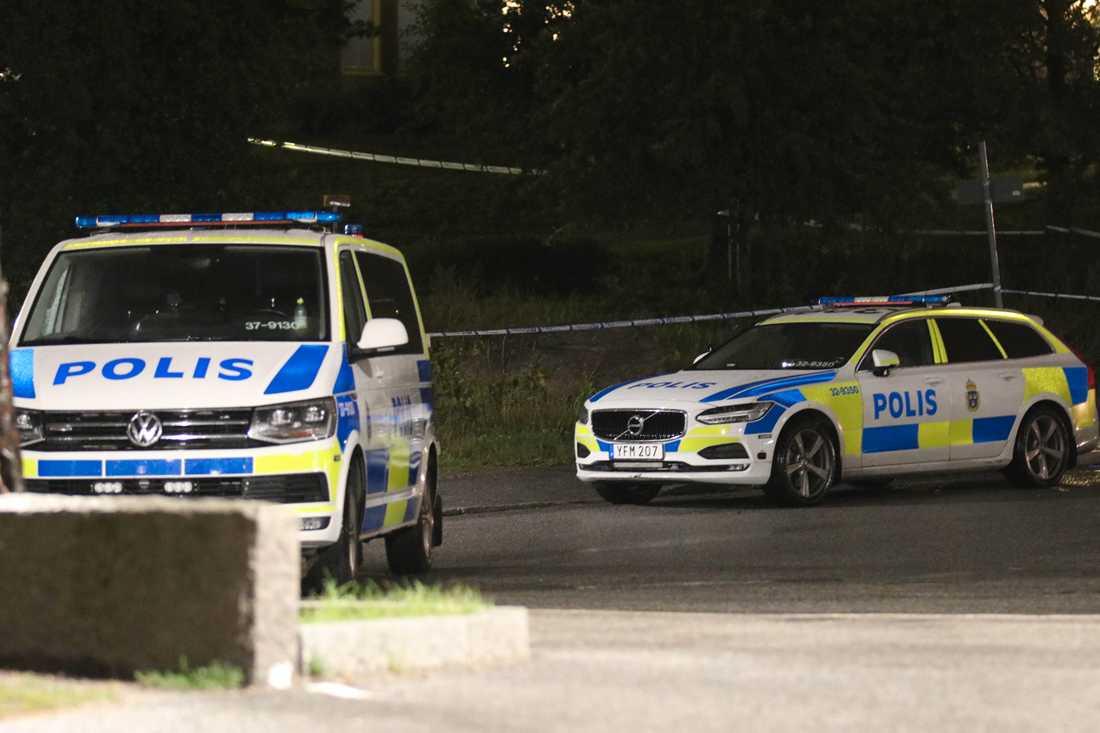 Polis på plats efter knivskärning i Orminge.