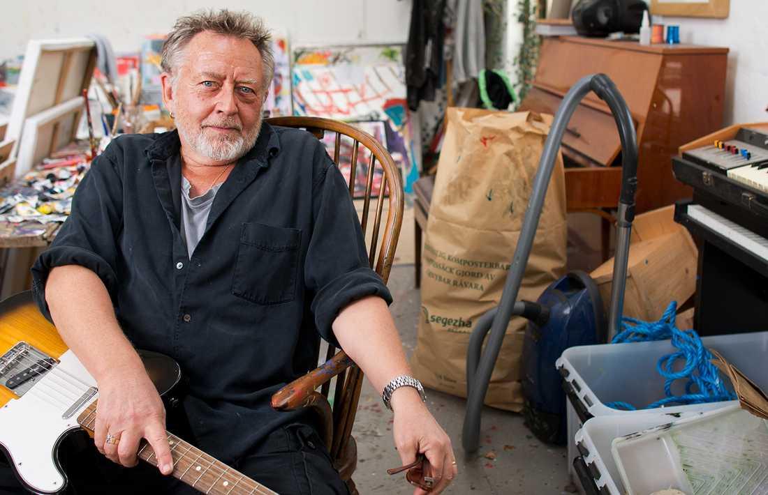 """40-års jubileum - sen tar han paus I november fyller Ulf Lundell 65 år, men någon pensionering är det inte tal om. I stället talar han om att ta en längre paus efter 40-årsjubileet. """"Jag kan bli så olidligt trött på att som låtr som Lundell. Vad hände med min Zappa-ådra? Var tog min rytmiska sida vägen? All extrem musik? Jag måste rikta mig själv åt ett annat håll och se vad som händer"""", säger han."""