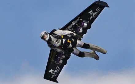 Jetmannen Yves Rossy från Schweiz tränar inför sin flygning över engelska kanalen. Med hjälp av en jetdriven vinge på ryggen.