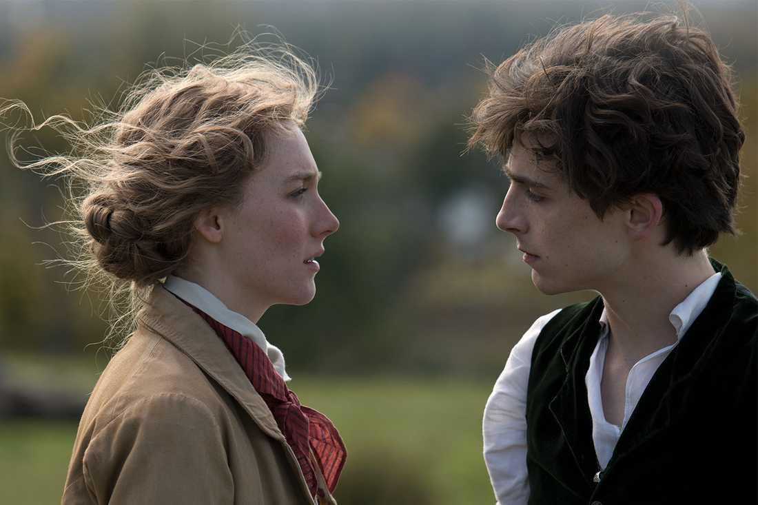 "Saoirse Ronan och Timothée Chalamet i ""Unga kvinnor""."