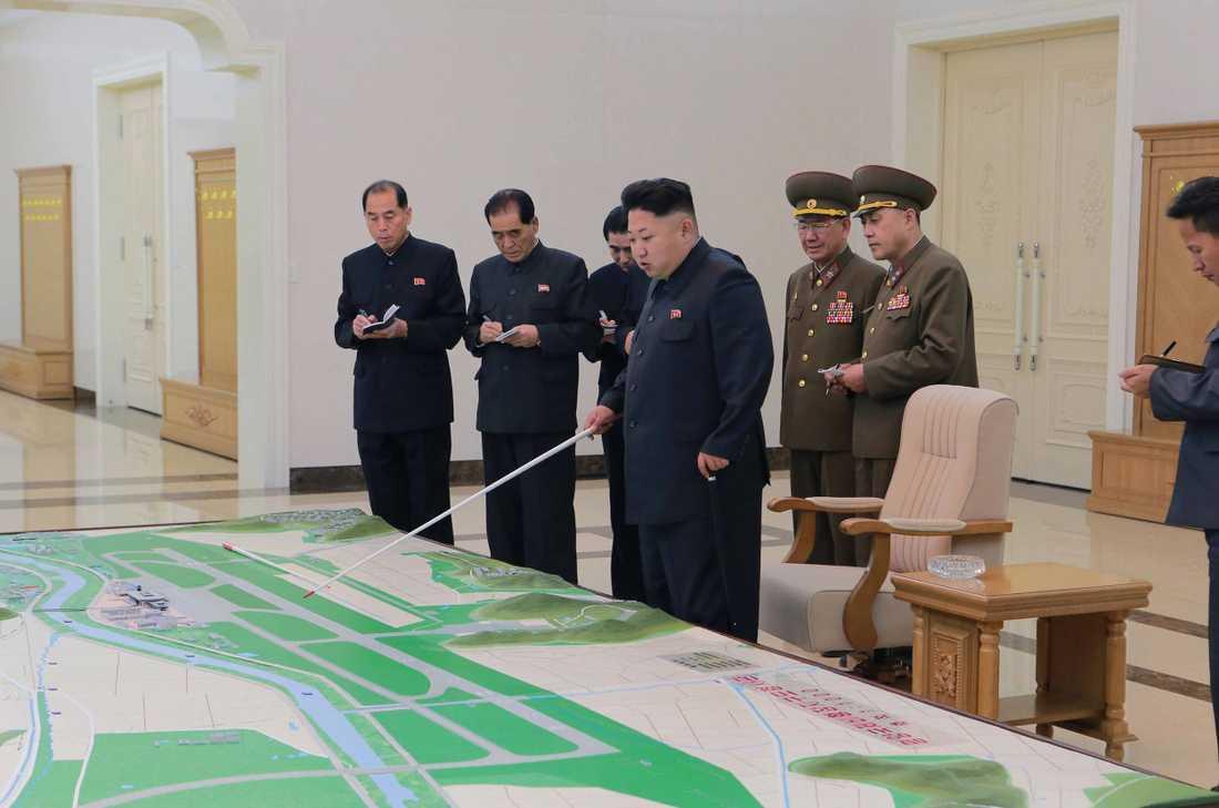 Kim Jong-Un tittar på en karta.