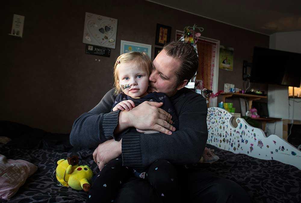 Julia, 2,5, har två sällsynta, obotliga och mycket allvarliga sjukdomar som påverkar näringsupptaget. Den ena bryter ner vitala organ. Här sitter hon i pappa Anders Annersveds knä.