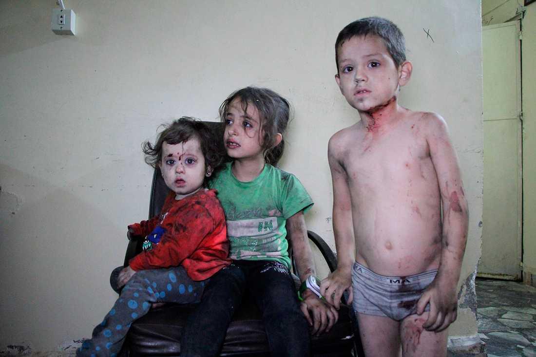 Skadade barn efter ett bombangrepp i Idlib.