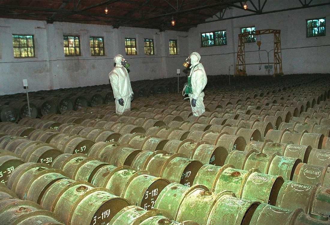 Ryska soldater i en lagerbyggnad för kemiska vapen i Gorny, 2000.