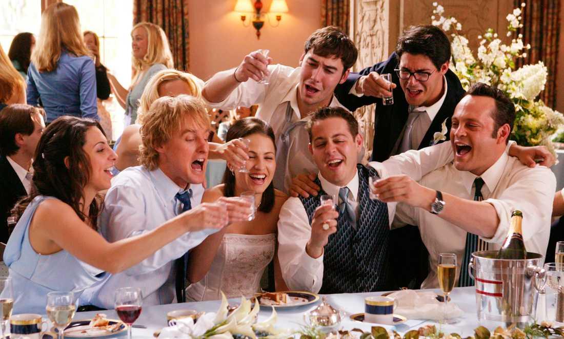 I filmen går Wilson och Vaughn oinbjudna på bröllop för att festa och ragga.