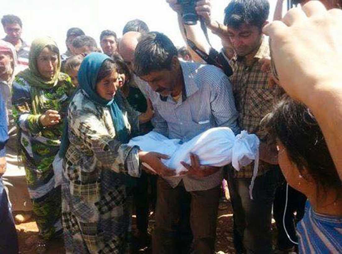 Alans pappa, Abdullah Kurdi, håller honom i armarna för sista gången.