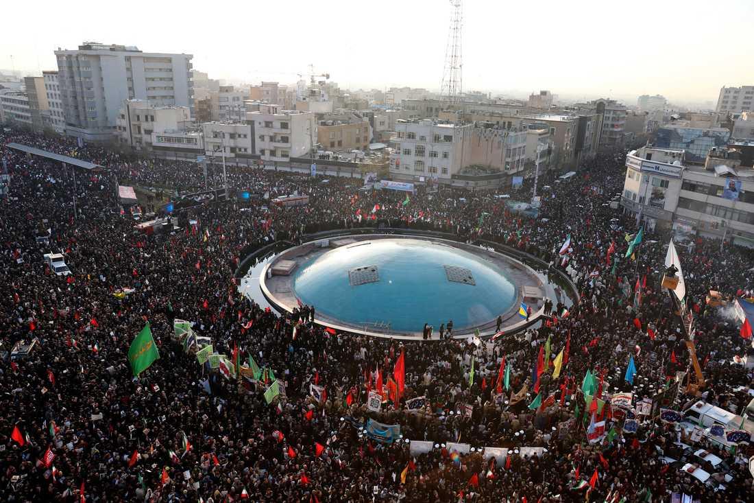 Många samlas i Teheran på måndagsmorgonen inför Soleimanis begravning.