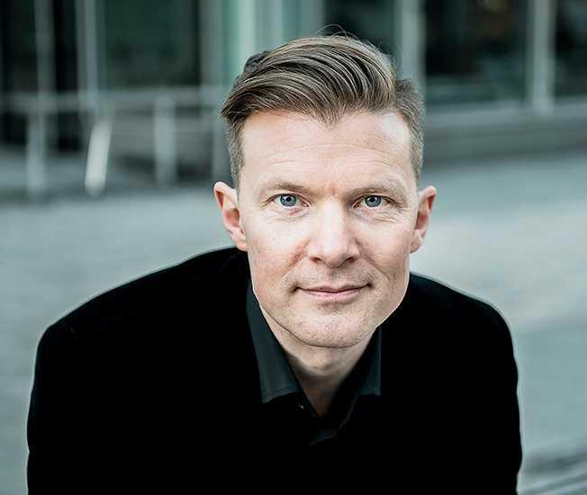 """Johan Norberg (född 1973) är författare, dokumentärfilmare och idéhistoriker – och en av Sveriges få internationellt erkända intellektuella. I boken """"Framsteg"""" undviker han konsekvent att gå i dialog med befintlig forskning, menar Vanja Hermele."""