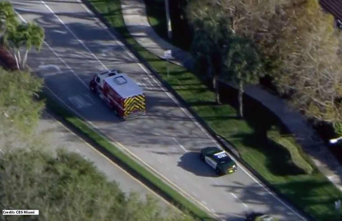 Den misstänkte skytten förs till sjukhus eskorterad av polis.