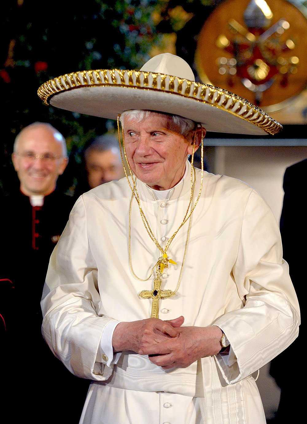 Påven på besök i Mexiko mars 2012. Vad passar då bättre än att bära en sombrero?