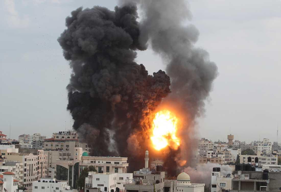 Under lördagsförmiddagen fortsatte striderna. Här ses en explosion och rök efter de israeliska attackerna.
