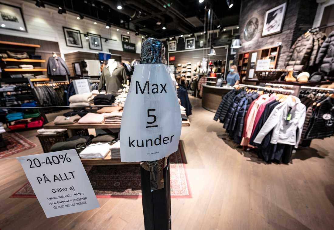 Max 5 kunder är det som tills vidare gäller i en av butikerna i köpcentrumet Emporia i Malmö. Arkivbild.