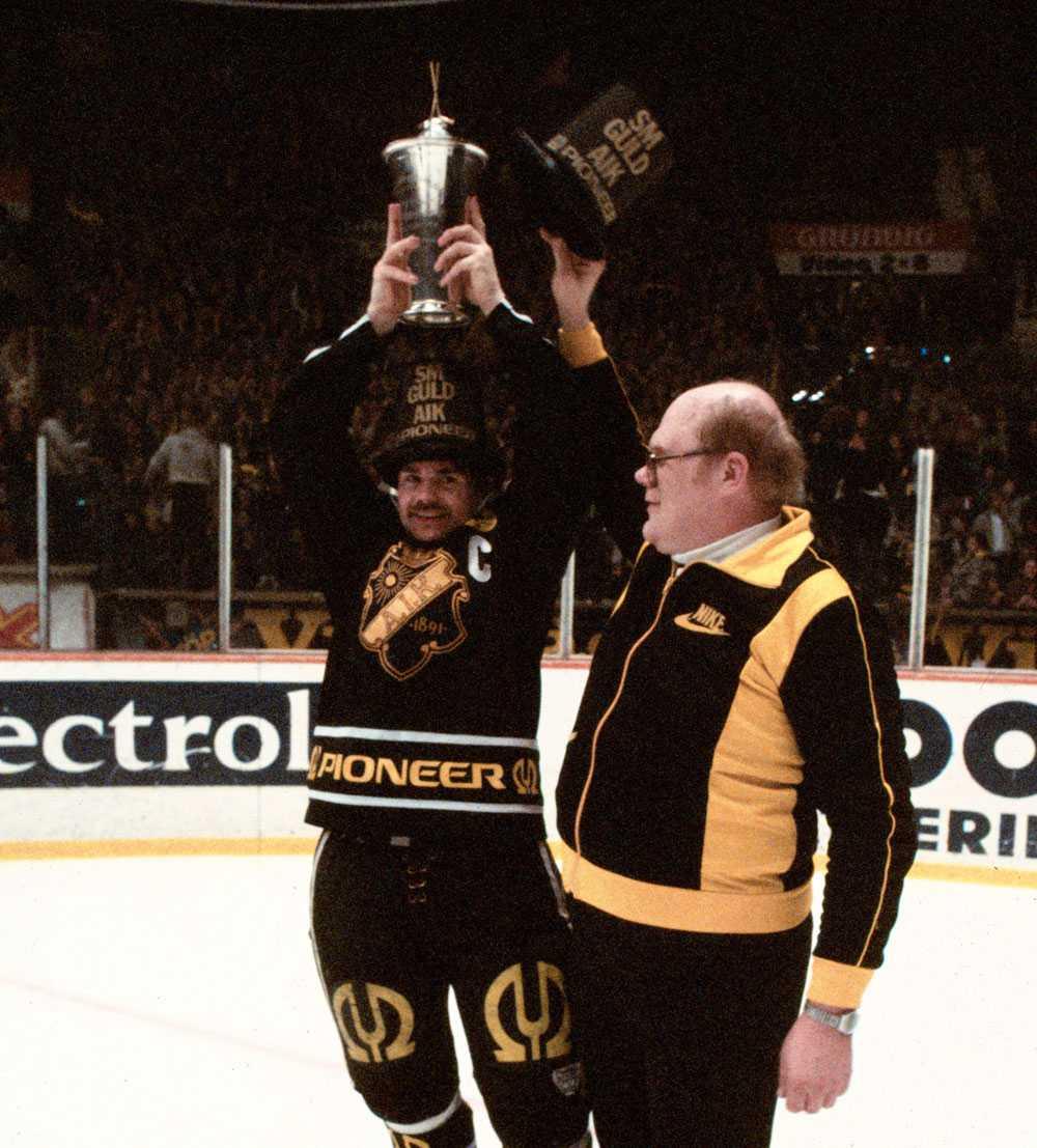 AIK:s lagkapten Bo Ericson höjer SM-bucklan tillsammans med Roger Andersson efter finalsegern 1982.