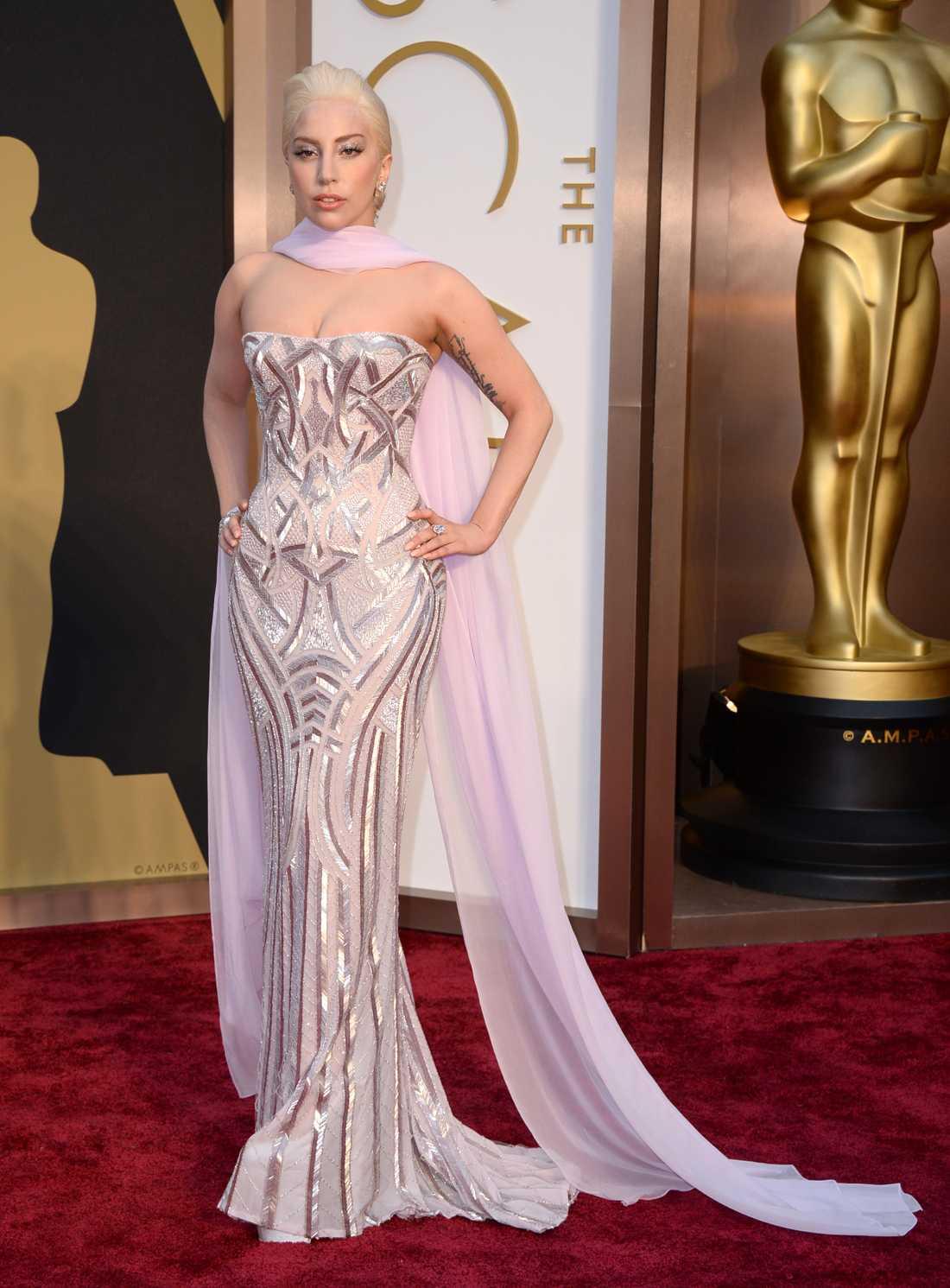 """+++ Lady Gaga: """"Wow! Vilken sköld av glamour från Versace! Tycker det är lite synd att hon har dragit med sig den där sjalen, den förstör mer än den ger. Detaljerna i den här klänningen är fantastiska, men jag blir alltid lite stressad av den här typen av urringningar. Men om någon fixar det så är det GaGa!"""""""