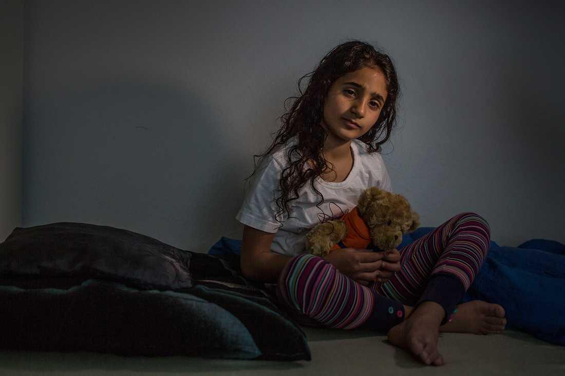Ahlam håller i samma nalle som när hon räddades ur Medelhavet.