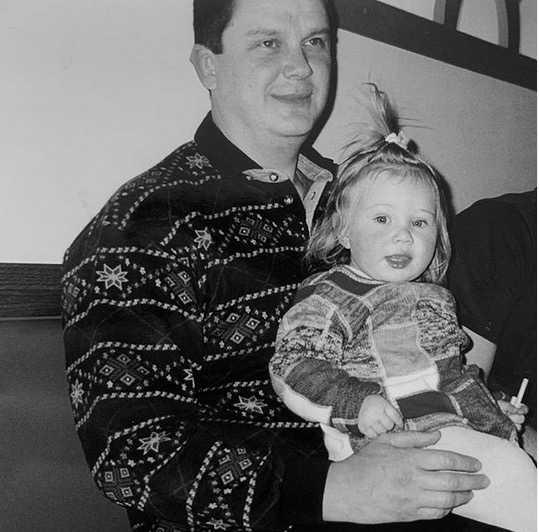 Amanda Anisimova som barn med sin pappa Konstantin.