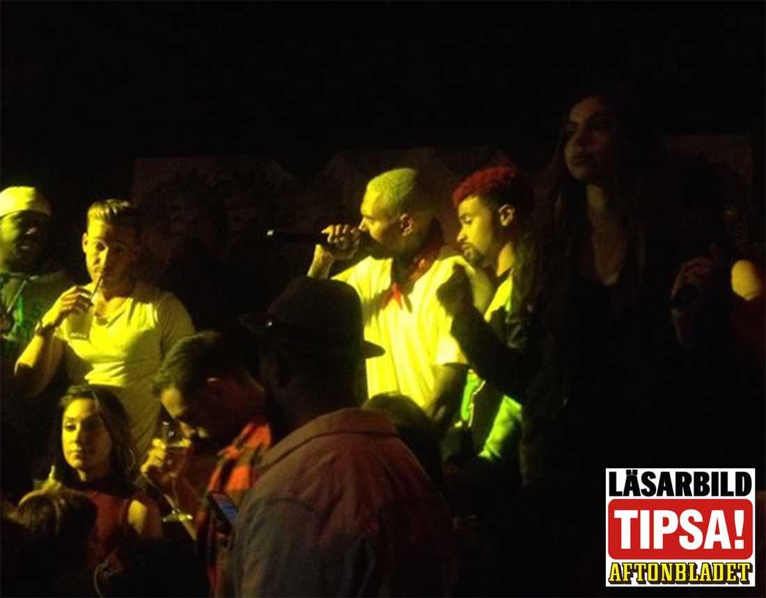 Chris Brown på scen under eventet.