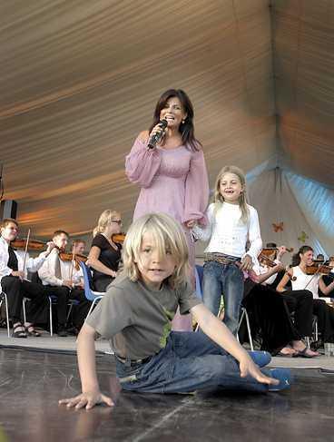 vild breakdans Amadeus tog över scenen i går när Carola gjorde sitt enda svenska framträdande för sommaren utanför Helsingborg.