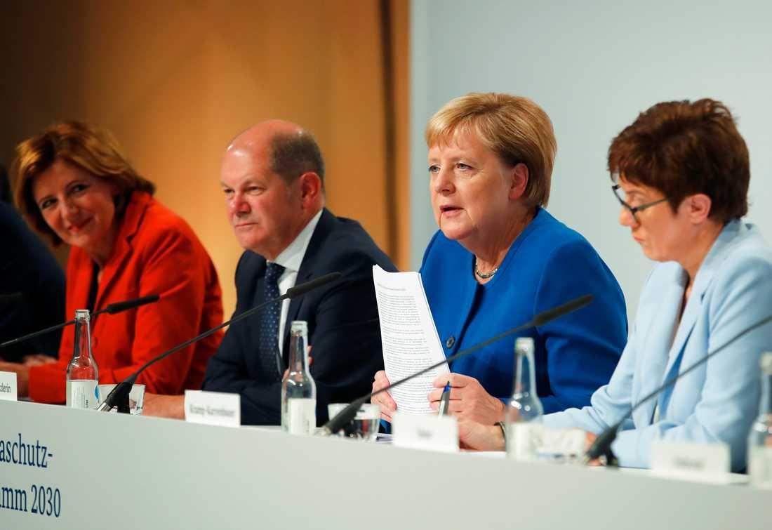 Tysklands förbundskansler Angela Merkel, CDU:s partiordförande Annegret Kramp-Karrenbauer, finansminister Olaf Scholz och socialdemokraternas interrimledare Malu Dreyer presenterar tyska miljösatsningar på en presskonferens i Berlin på fredagen.
