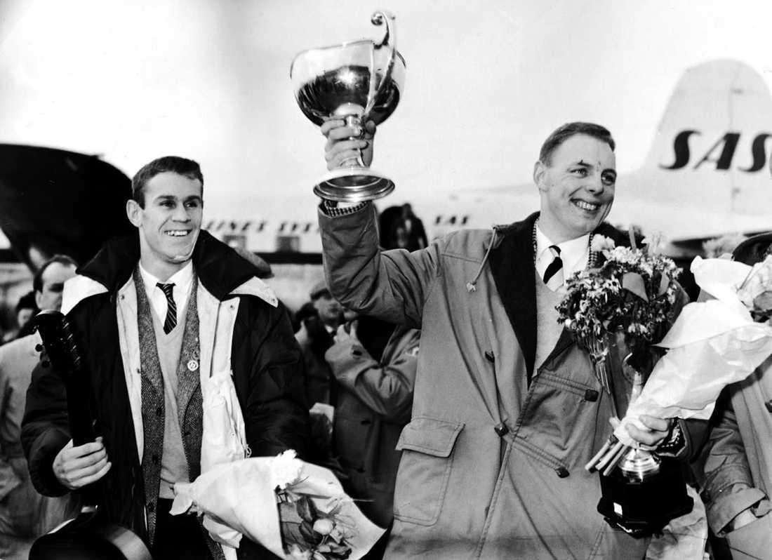 Sven Tumba och Lasse Björn tas emot på flygplatsen efter VM-guldet i ishockey i Moskva 1957.