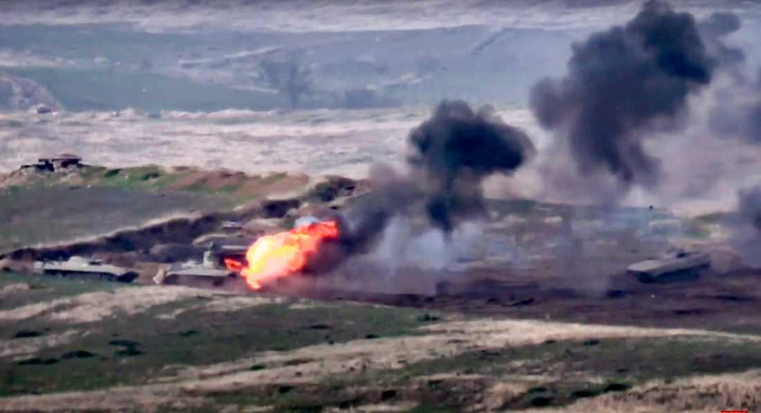 Ett azeriskt militärfordon brinner efter att ha blivit attackerat av armeniska styrkor vid kontaktlinjen i Nagorno-Karabach, på en bild som distribuerats av Armenien.