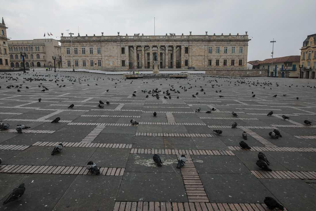Bolivartorget i Colombias huvudstad Bogotá är övergivet då man införde ett tillfälligt utegångsförbud i fredags.