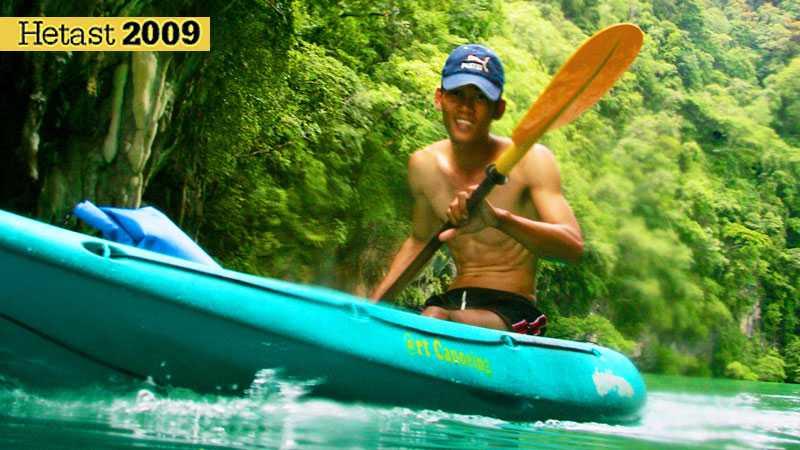 Guiden Noi styr sin kajak med van hand. Han tar täten när vi ger oss iväg över vågorna.
