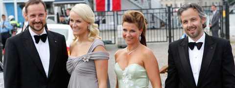 Kronprins Haakon, Mette-Marit, prinsessan Märtha Louise och Ari Behn är i Stockholm för kronprinsessan Victoria och Daniel Westlings bröllop.