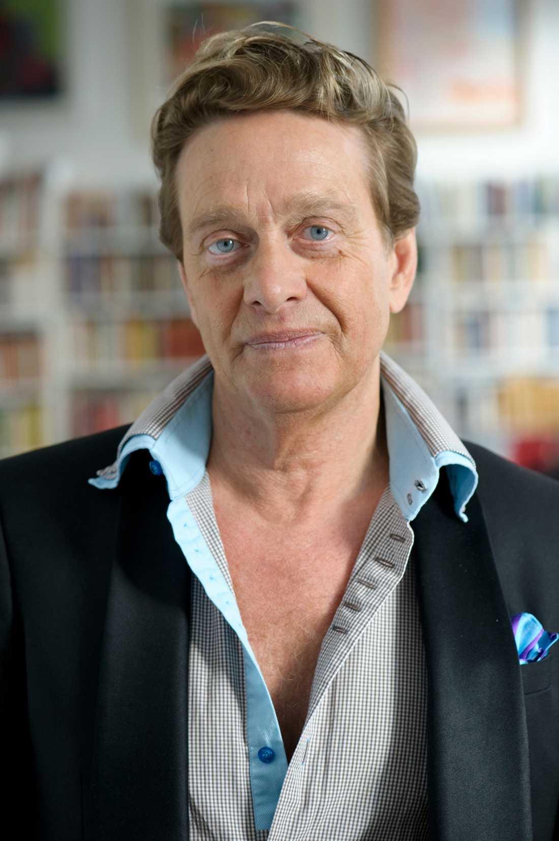 """Björn Ranelid. """"Är det här Sveriges svar på Simon Cowell? Han borde knäppa skjortan. Är det hans riktiga hår förresten? Han bryr sig uppenbarligen mycket om sitt utseende"""". Foto: Henrik Montgomery / Scanpix"""