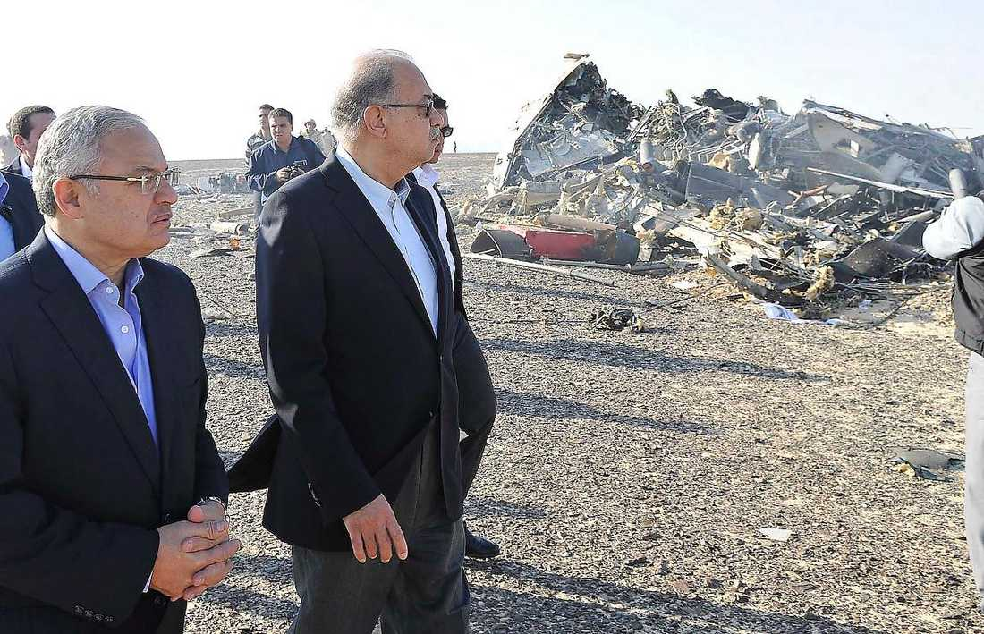 Egyptens turistminister Hisham Zaazou och premiärminister Sherif Ismail besökte olycksplatsen dagen efter kraschen.