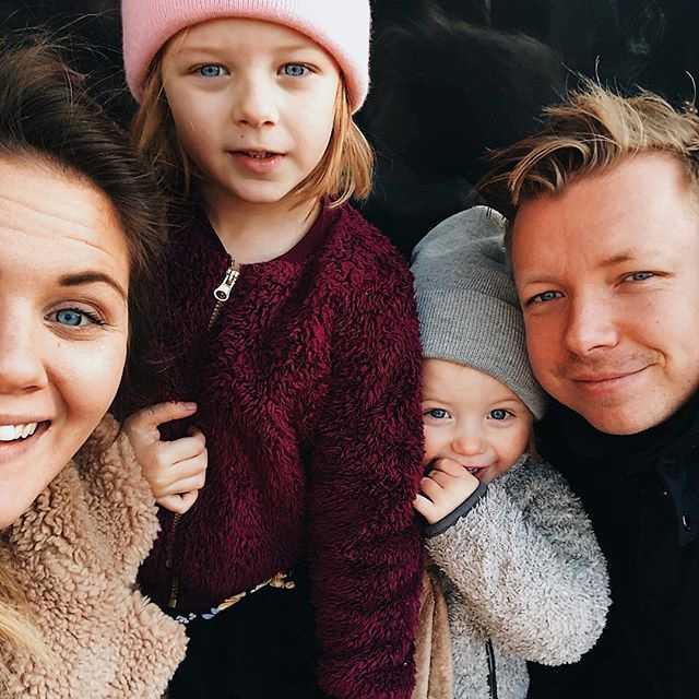 Emanuel Karlsten med frun Julia och barnen Billie, 5, och Frank, 2.