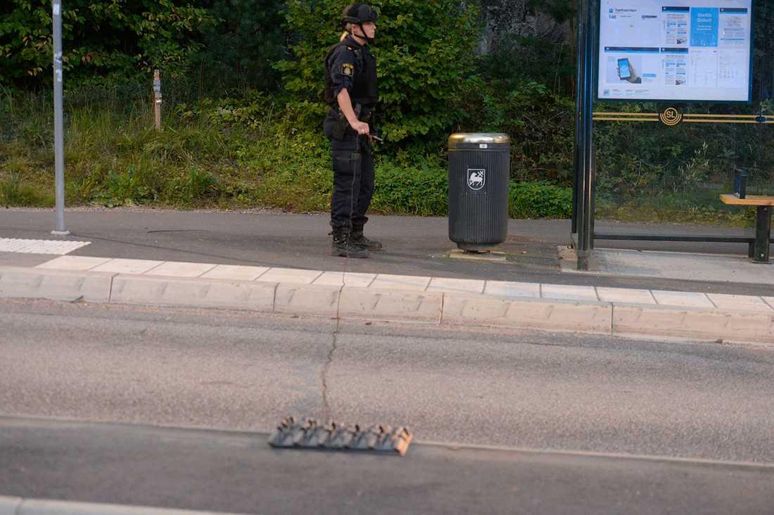 Polisen har lagt ut en spikmattor.