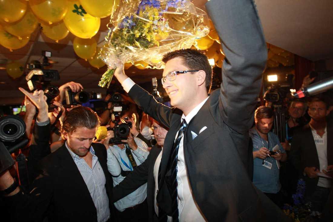 """Vid 22-tiden anlände Jimmie Åkesson till SD:s valvaka och möttes av partivänner som skanderade hans namn. """"Vi har skrivit politisk historia"""", sa partiledaren om valresultatet som innebär att Sverigedemokraterna kommer in i riksdagen."""