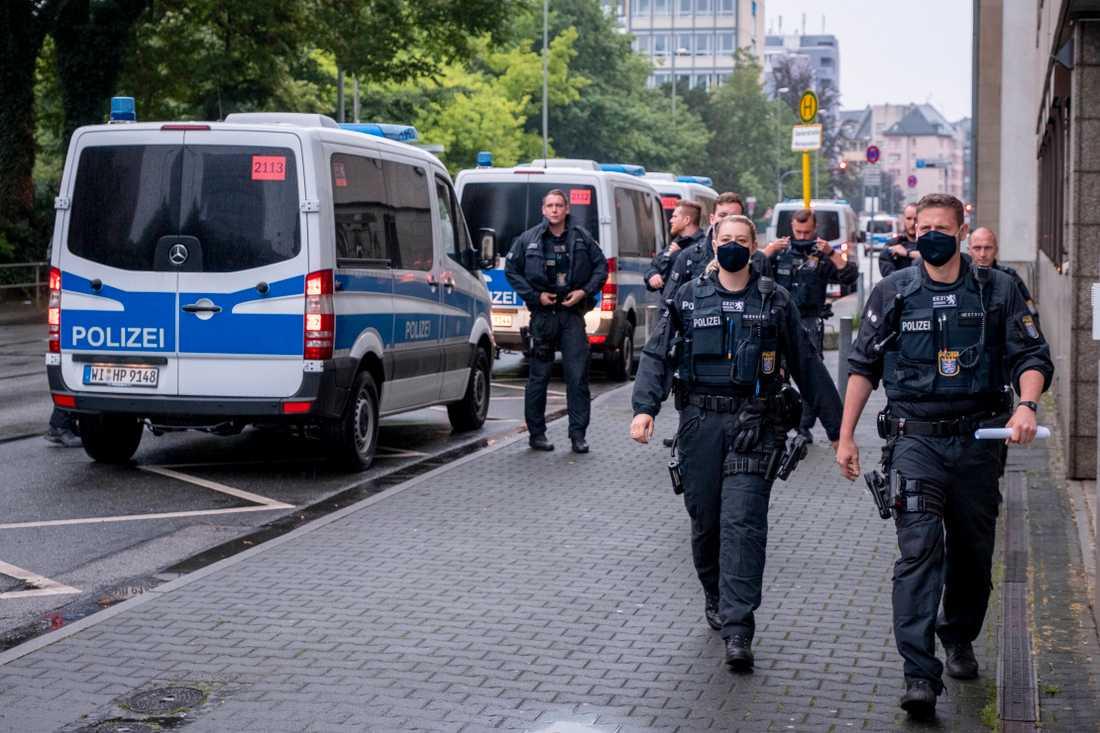 Poliser utanför domstolsbyggnaden i Frankfurt.