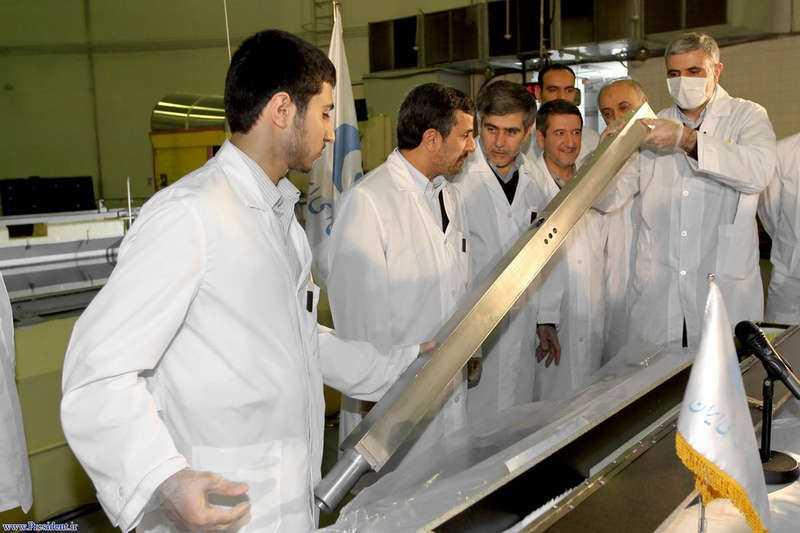 iran-uran  Irans president Mahmoud Ahmadinejad (andra från vänster) visas runt av tekniker i en forskningsreaktor i Teheran. Regimen påstår att man snabbt närmar sig produktion av eget kärnbränsle.