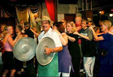 """Stamp, stamp. En överförfriskad gäst stal showen för dessa flamencodansare genom att överglänsa dem båda i taktkänsla och inlevelse. Kanske var det därför hon hastigt fördes bort"""""""