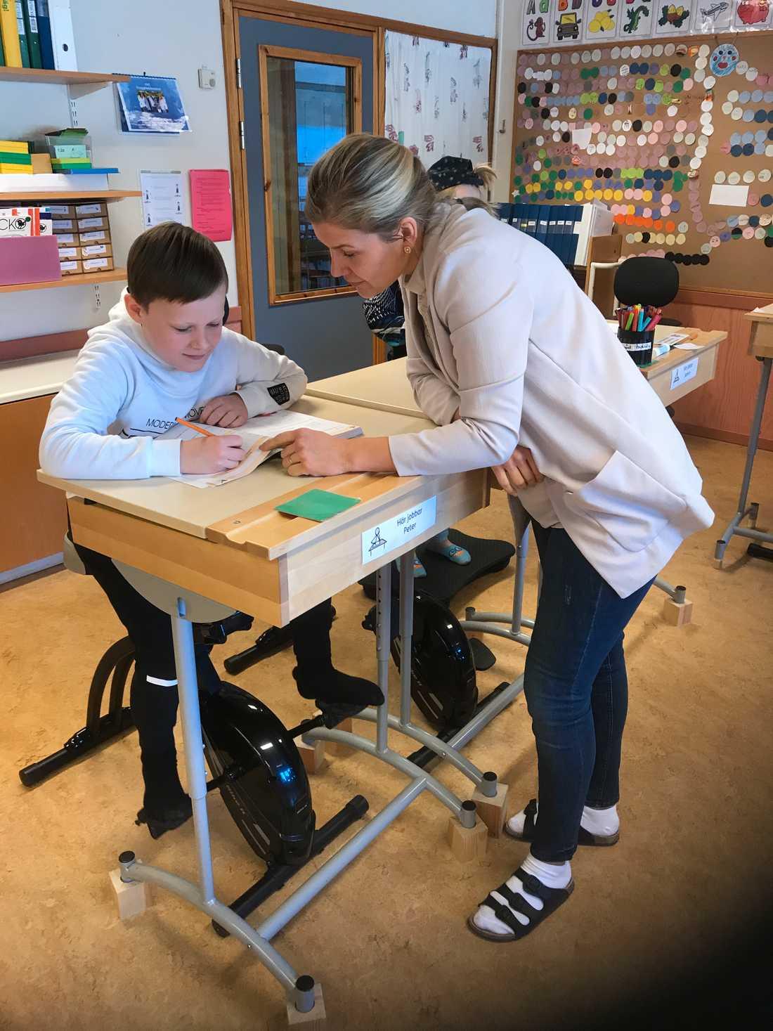 Klassläraren Therese Hansson tycker att det har blivit lugnare i klassrummet.