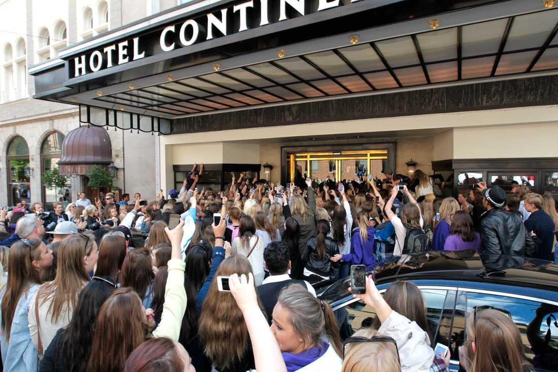 """Utanför stjärnans hotell stod horder av """"Beliebers"""" – hängivna och hysteriska beundrare."""