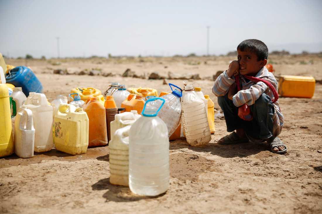 En pojke väntar på vatten i utkanten av Sanaa, Jemen. Arkivbild.