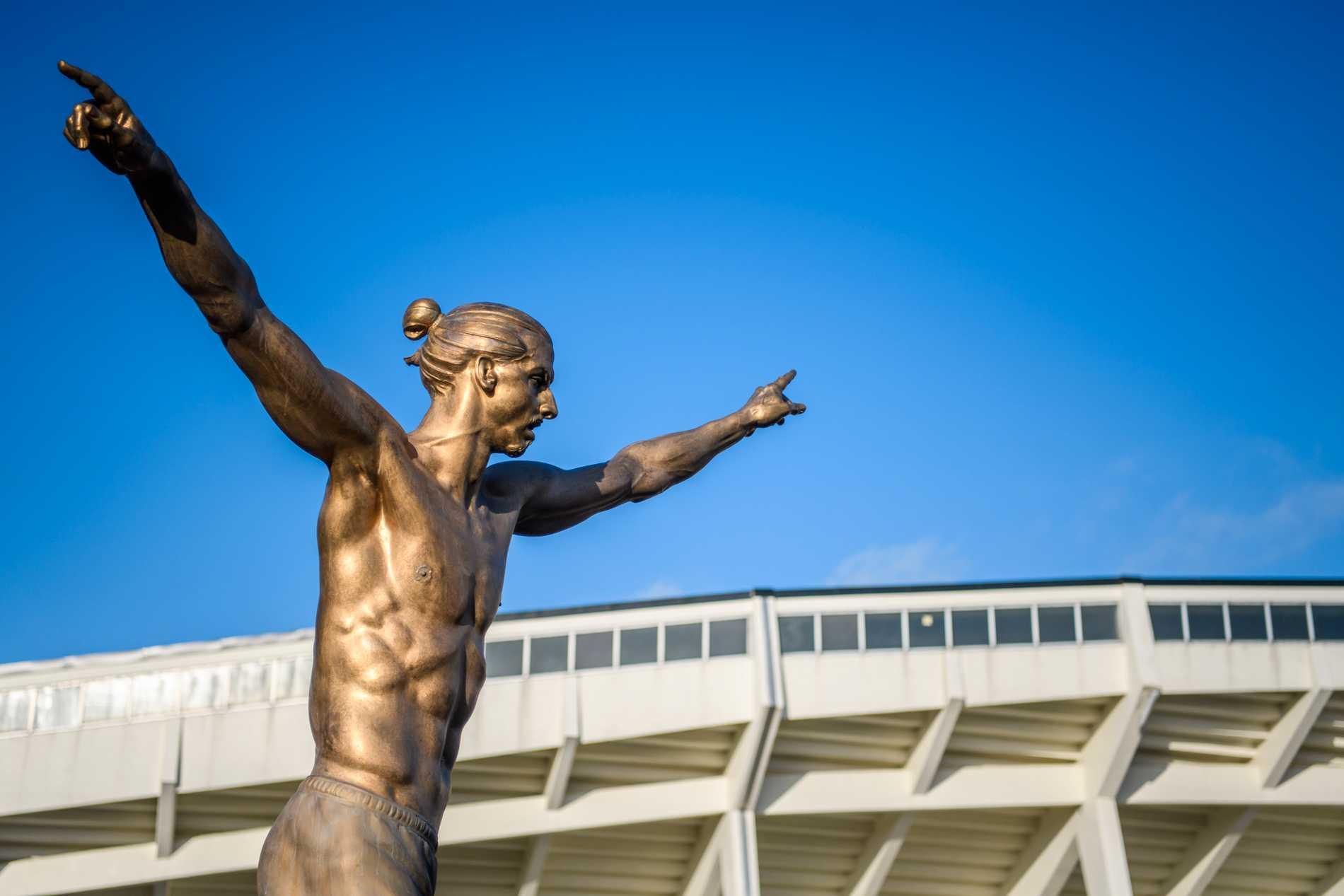Zlatans staty står utanför Malmös hemmaarena.