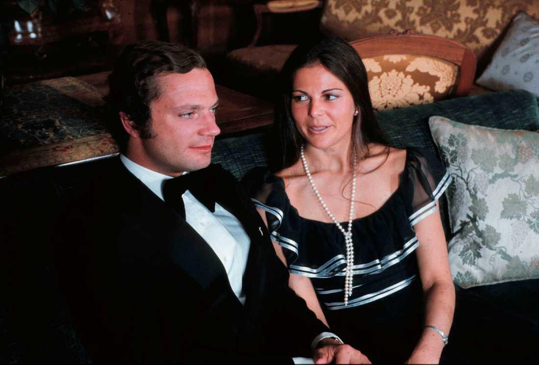 Så här såg det ut när unge kung Carl XVI Gustaf presenterade fröken Silvia Sommerlath som sin blivande hustru.