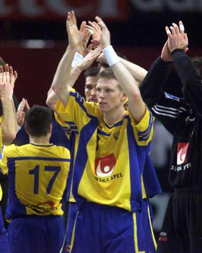 Ernelind tackar publiken efter semifinalsegern mot Jugoslavien 2001.