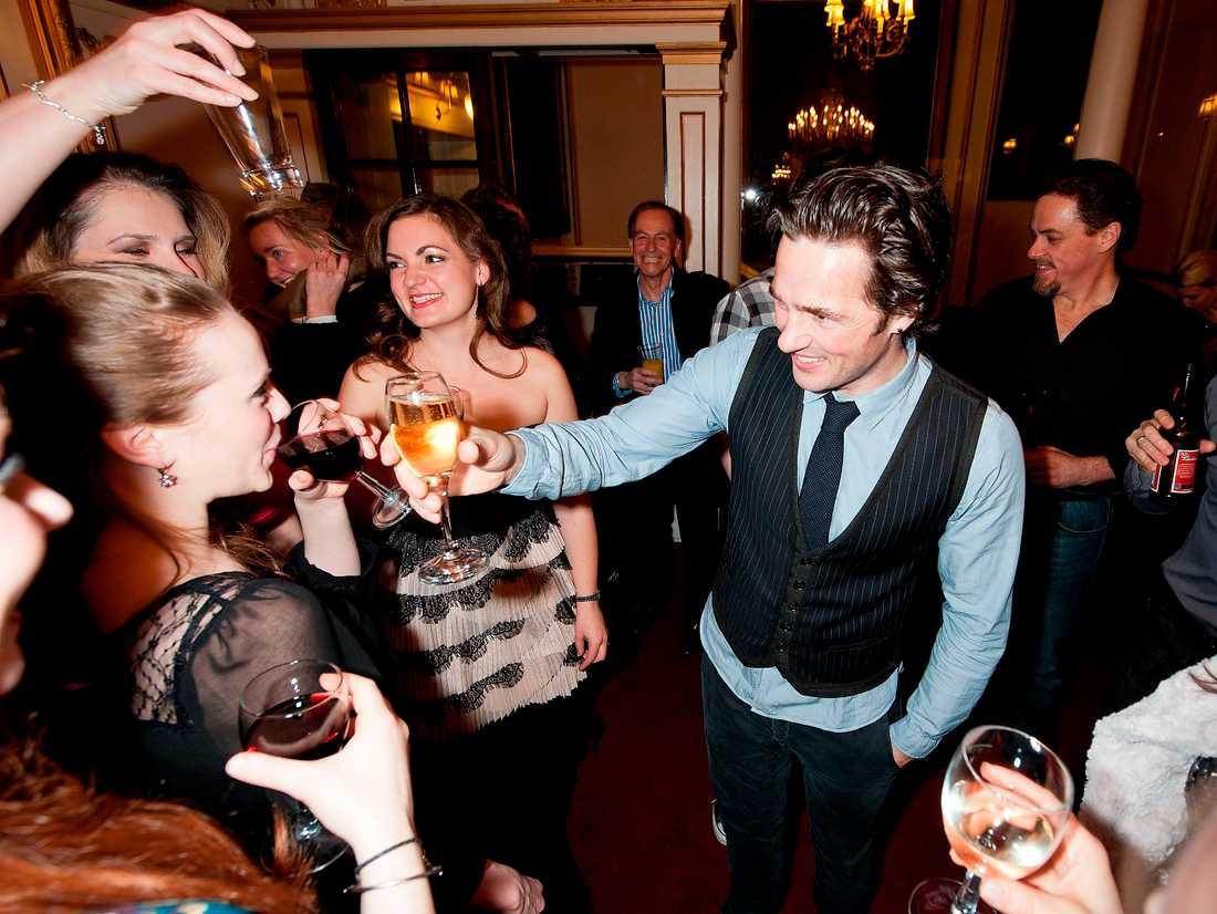 SKÅL! Peter Jöback och hans kollegor firade den lyckade premiären i natt.